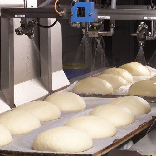Установка распыления смазки на хлеб на конвейере