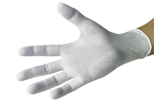Руки в защитных перчатках для предотвращения переноса микроорганизмов