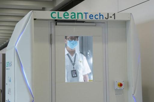 Санитарный шлюз дезинфекции в аэропорте