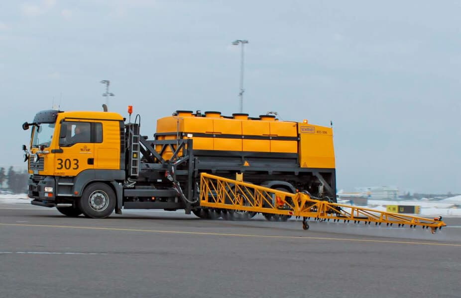 Машина Schmidt для антигололедной обработки ВПП аэропорта
